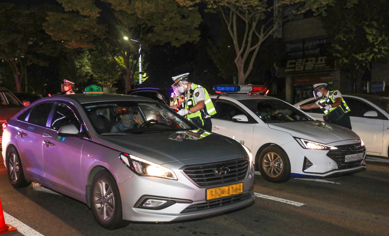 Police officers run a DUI check Friday in Suwon, Gyeonggi Province. (Gyeonggi Nambu Provincial Police Agency)