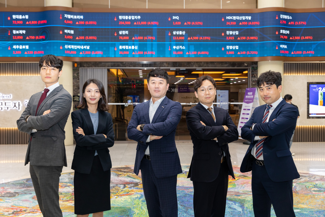 Korea Investment & Securities' research managing director Yun Hee-do (center) and the AIR team pose at the company's headquarters in Yeouido, western Seoul (KIS)