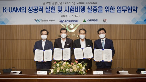 Officials from KT Corp., Hyundai Motor Co., Incheon International Airport Corp. and Hyundai Engineering & Construction Co. (Hyundai Motor Co.)