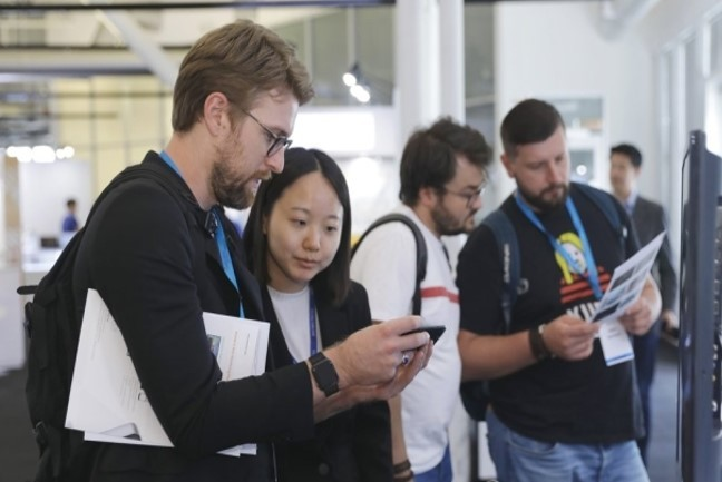 Visitors look at the products on display at an export consulting meeting at K-Global@Silicon Valley 2019 in Mountain View, California, in September 2019. (KOTRA)