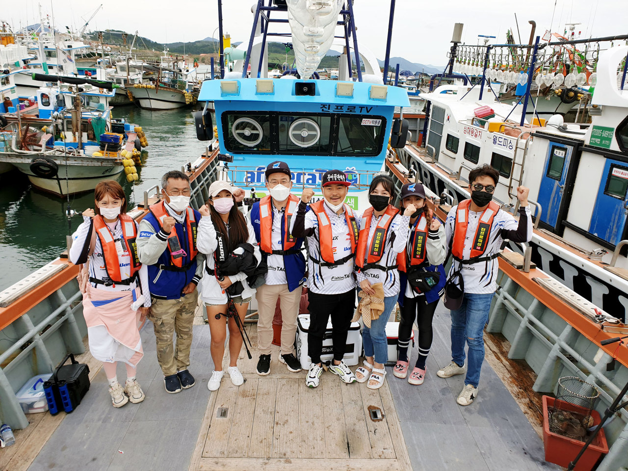 Afreeca TV CEO Seo Soo-kiel (fourth from left) celebrates the launch of the company's fishing boat with streamers and professional fishermen at Kukdong harbor in Yeosu, South Jeolla Province, on Wednesday. (Afreeca TV)