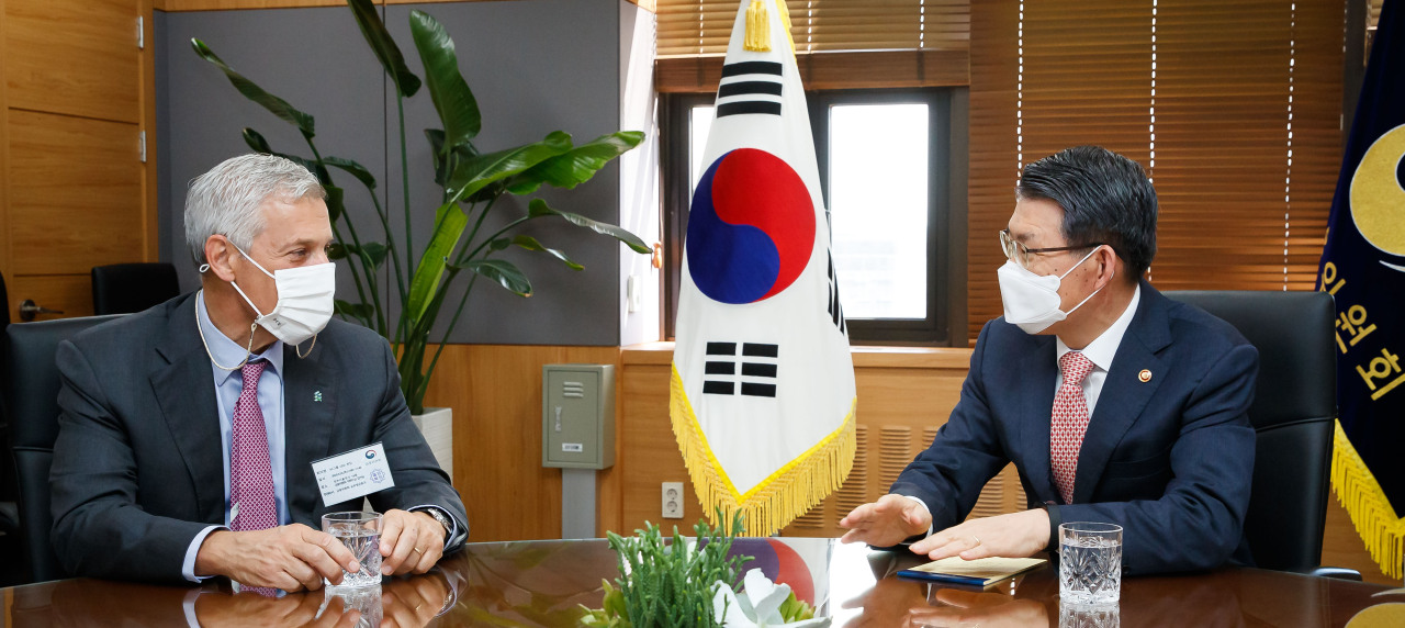 Financial Services Commission Chairman Eun Sung-soo talks with Standard Chartered Group CEO Bill Winters at the government complex in Seoul on Thursday. Winters arrived in Korea on Aug. 30 for a monthlong stay to explore the nation's financial technology industry. (FSC)