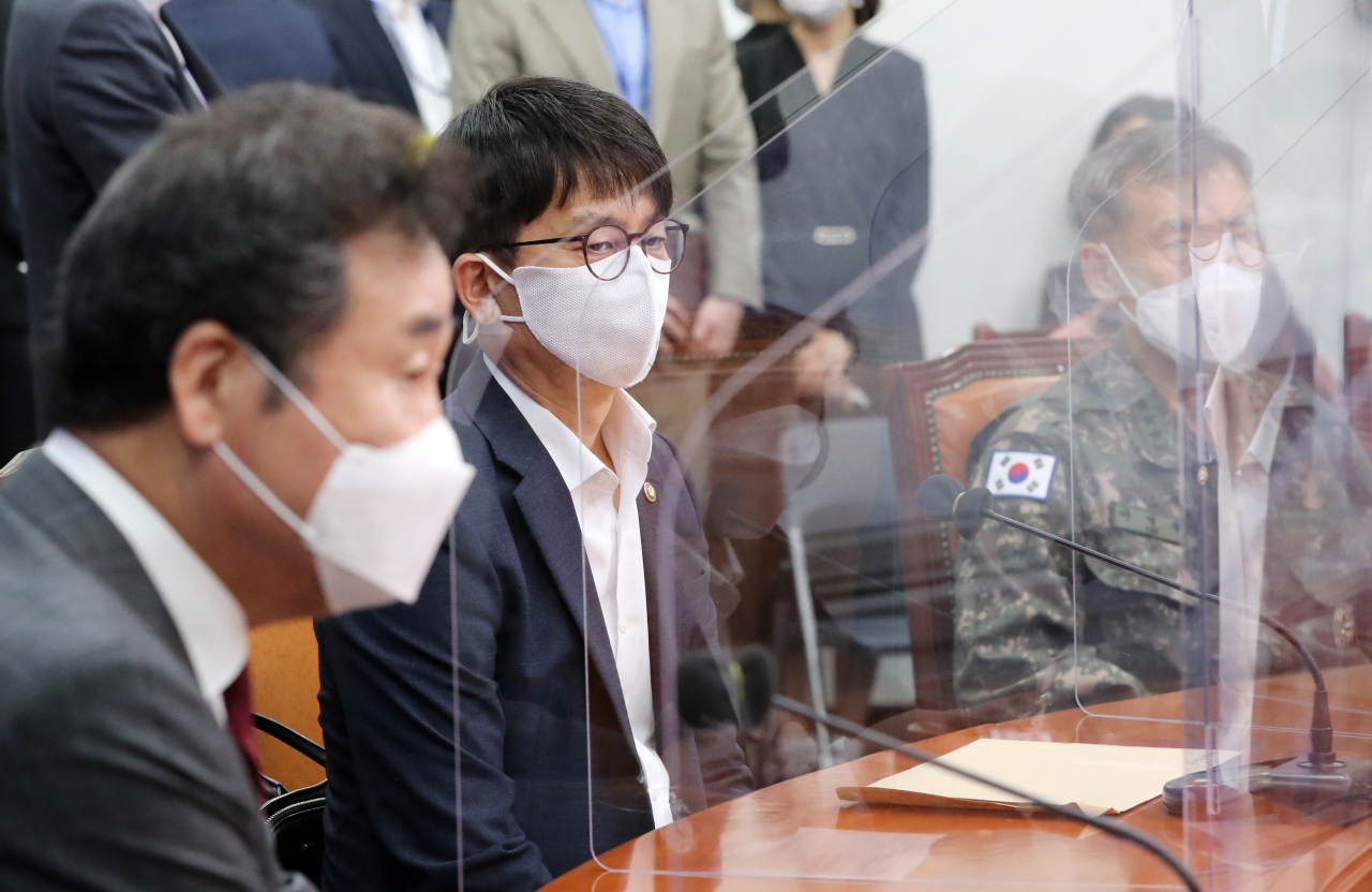 Vice Defense Minister Park Jae-min gives a briefing on North Korea's recent killing of a South Korean civilian to Democratic Party officials at the National Assembly in Seoul on Sept. 24, 2020. (Yonhap)