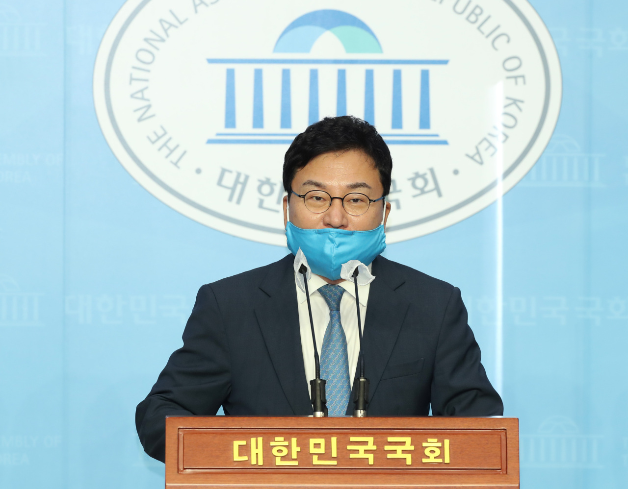 Rep. Lee Sang-jik announces his departure from the ruling Democratic Party at a press conference at the National Assembly in Seoul on Thursday. (Yonhap)