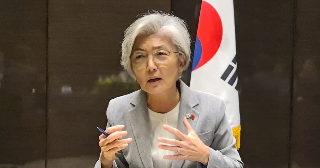Foreign Minister Kang Kyung-wha speaks during a meeting with Korean reporters in Hanoi on Sept. 18, 2020. (Yonhap)