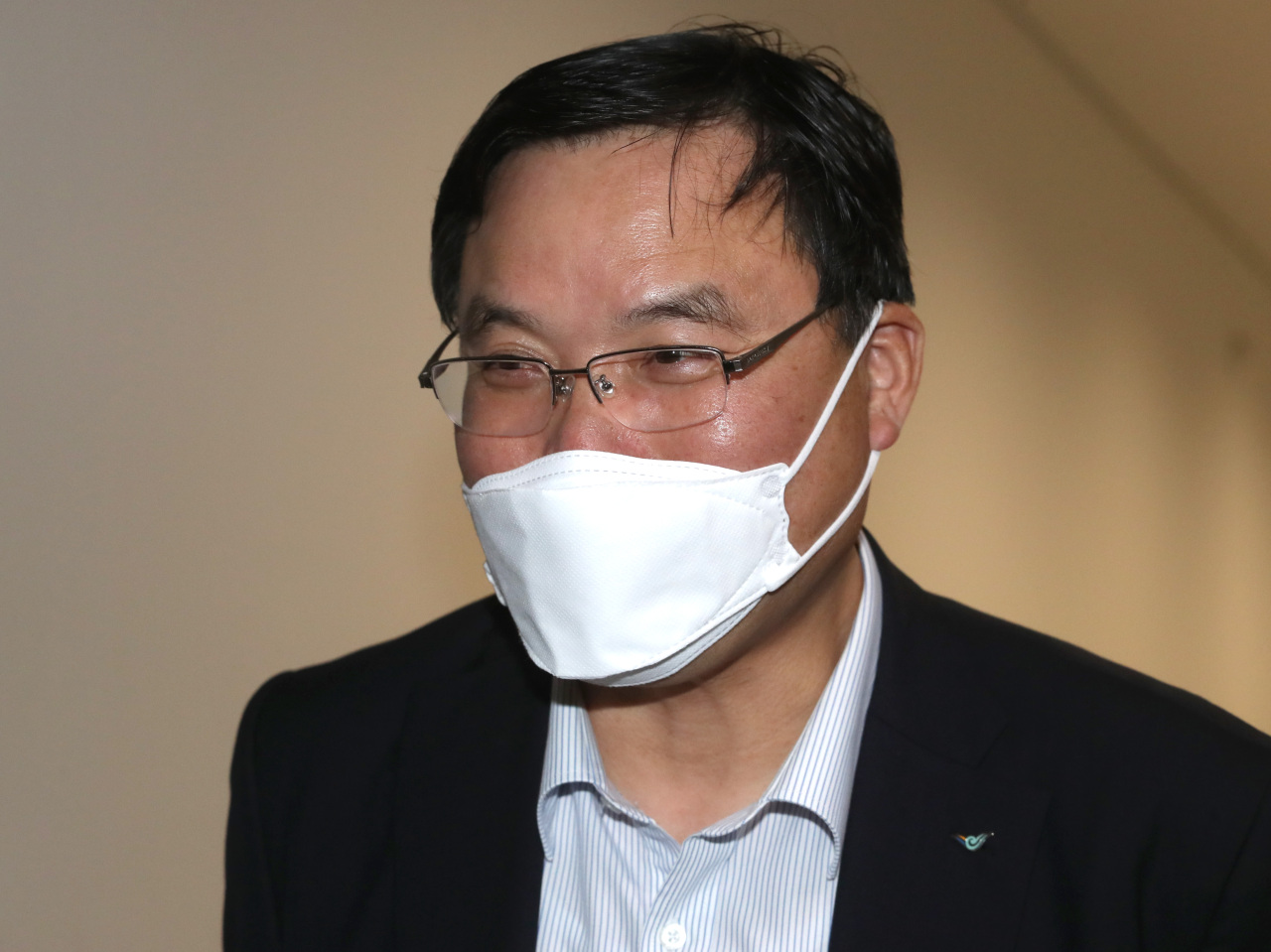 Head of Incheon Airport Koo Bon-hwan is on his way to Friday's press conference at the airport. (Yonhap)