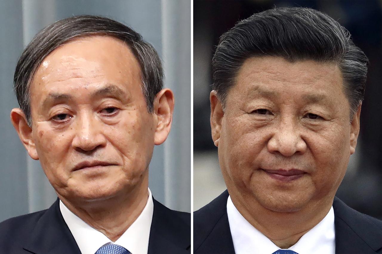 Japanese Prime Minister Yoshihide Suga (left) and Chinese President Xi Jinping (AP-Yonhap)