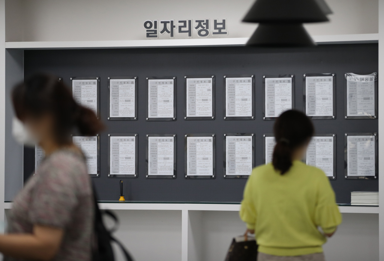 Job seekers read recruiting notices at an employment support center in Mapo-gu, western Seoul. The number of those that gave up finding a job reached 680,000, the largest-ever recorded since data was compiled, with young adults in their 20s and 30s accounting for half. (Yonhap)