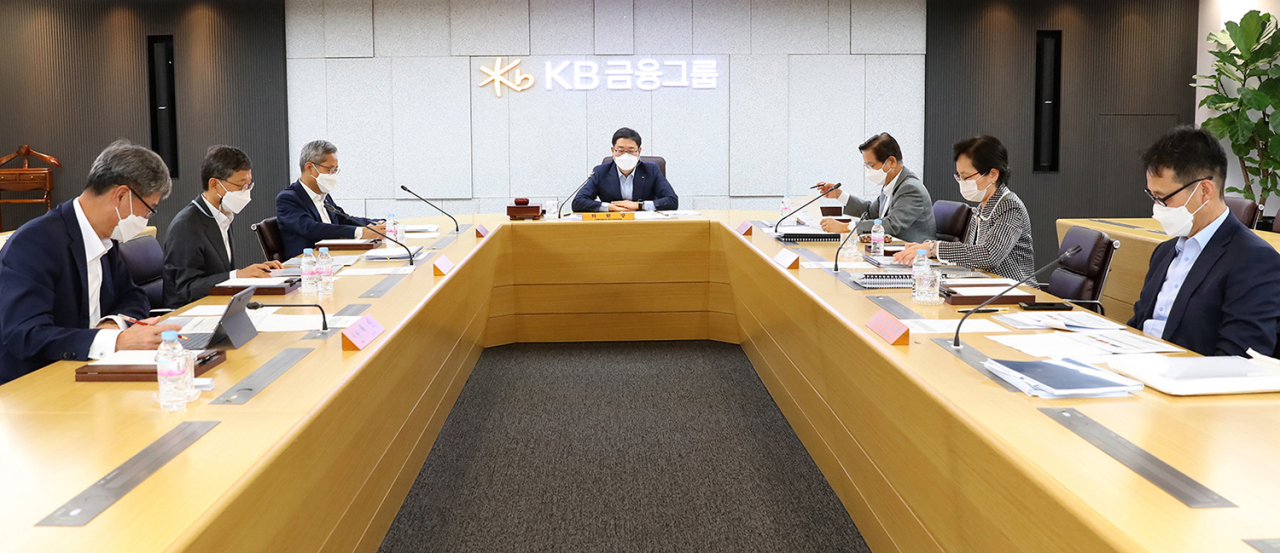KB Kookmin Bank president Heo In (left), KB Financial Group Chairman Yoon Jong-kyoo and the board of directors participate in the group's ESG committee held on Friday, Yeouido, Seoul. (KB Financial Group)