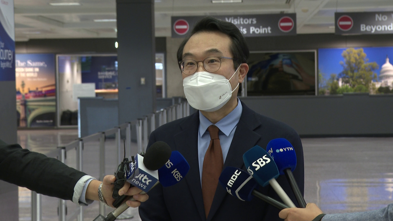 Lee Do-hoon, special representative for Korean Peninsula peace and security affairs, speaks to reporters after arriving at Washington's Dulles International Airport on Sunday. (Yonhap)