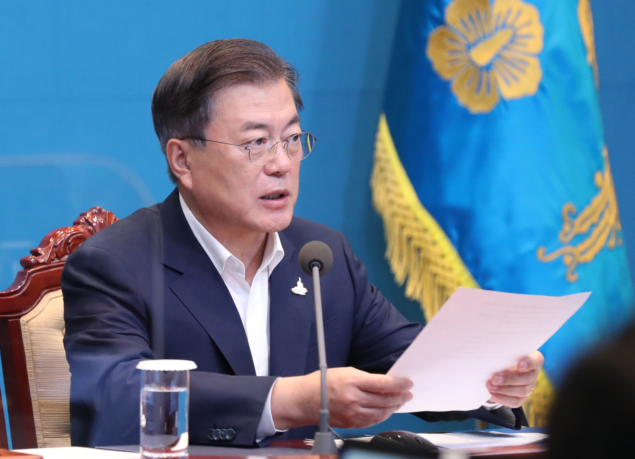 President Moon Jae-in presides a weekly meeting with his senior aides at Cheong Wa Dae on Sept. 28, 2020. (Yonhap)