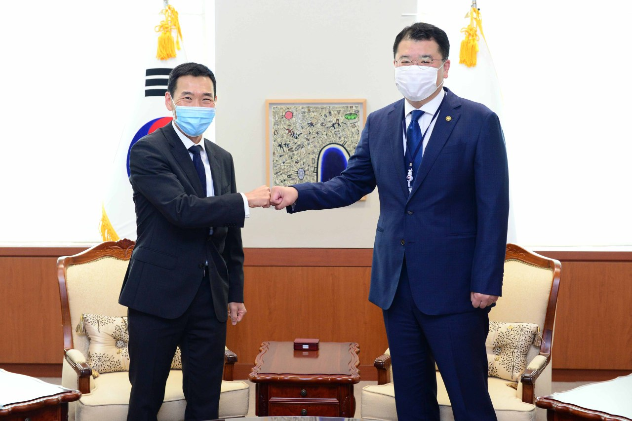 Australian ambassador to Seoul James Choi (left) and First Vice Foreign Minister Choi Jong-kun greet with a fist bump ahead of their bilateral meeting at the foreign ministry in Seoul on Monday. (Ministry of Foreign Affairs)