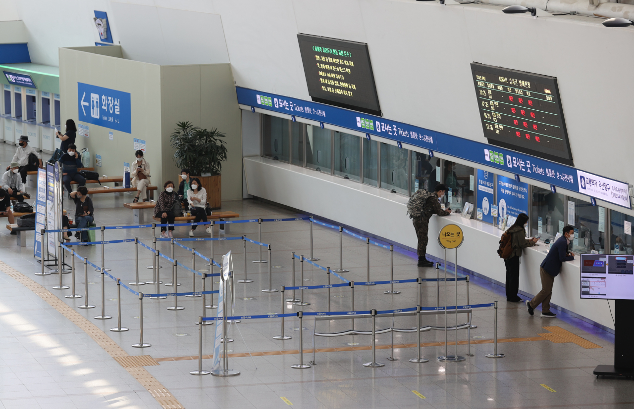 Ticket desks stand nearly empty at Seoul Railway Station, Sept. 29, 2020. (Yonhap)