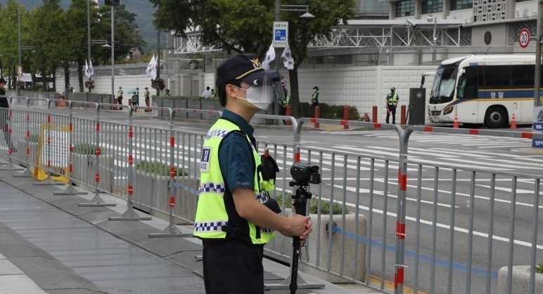 Steel fences to prevent mass rallies have been set up in Gwanghwamun, central Seoul, on Sept. 29, 2020. (Yonhap)