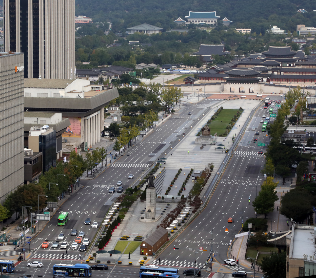 The Gwanghwamun Square is void of visitors Saturday as a large number of police officers and vehicles were mobilized to block protesters from gathering for mass rallies amid concerns over the spread of the coronavirus. (Yonhap)