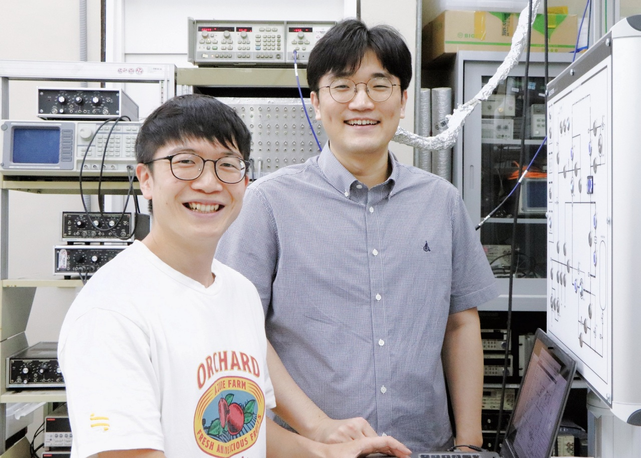 Professor Lee Gil-ho (right) of Pohang University of Science and Technology and team member Jung Woo-chan (Samsung Electronics)