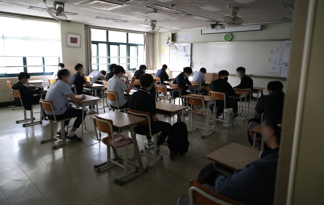 Students at Yongsan High School in Yongsan-gu, central Seoul, prepare for class late last month, as in-person classes resumed for all educational institutions in Seoul, Incheon and Gyeonggi Province. (Yonhap)
