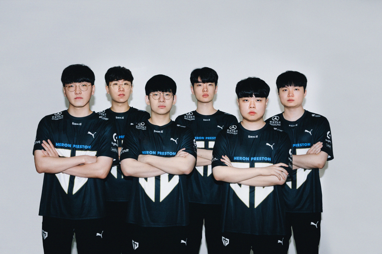 Gen.G LoL players pose wearing new uniforms. (Gen.G)
