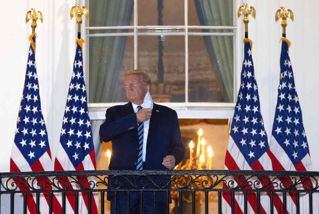US President Donald Trump removes his mask upon return to the White House from Walter Reed National Military Medical Center on Oct. 5, 2020 in Washington, DC. Trump spent three days hospitalized for coronavirus. (AFP-Yonhap)