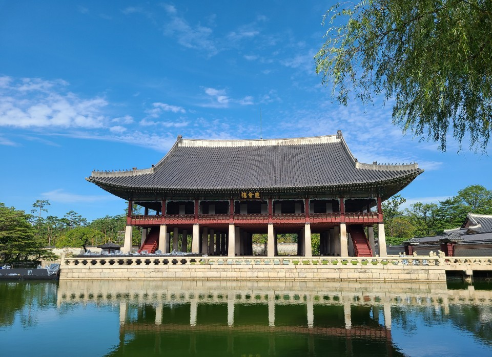 This year's Royal Culture Festival kicks off Saturday with a show at Gyeongbokgung's Gyeonghoeru Pavilion, a venue for state banquets during the Joseon era. (Song Seung-hyun/The Korea Herald)