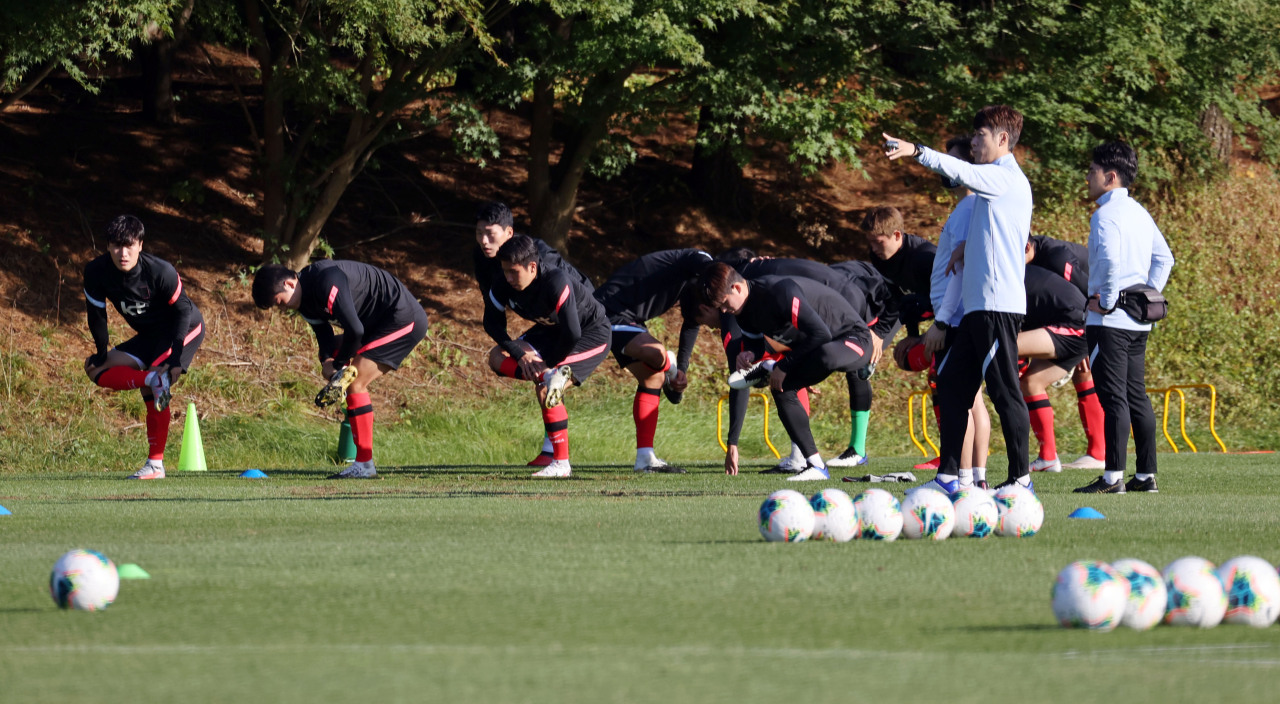 South Korean men's Olympic football team train at the National Football Center in Paju, Gyeonggi Province, on Oct. 8, 2020, ahead of two exhibition matches against the senior squad. (Yonhap)