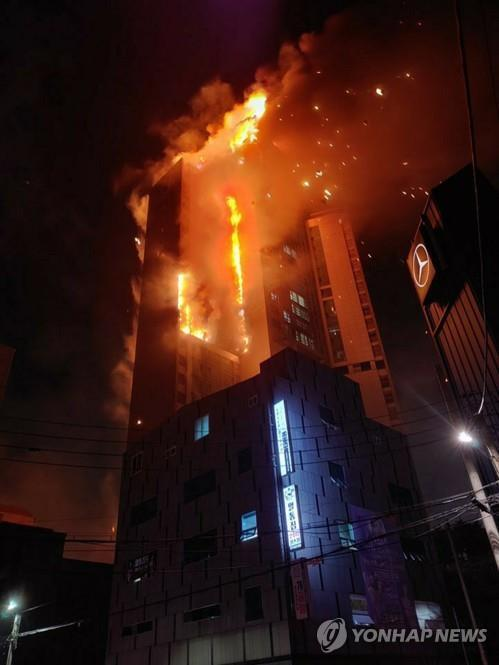 A 33-story apartment building in South Korea's southern city of Ulsan is engulfed in fire on Oct. 8 in this photo provided by a witness. (Yonhap)