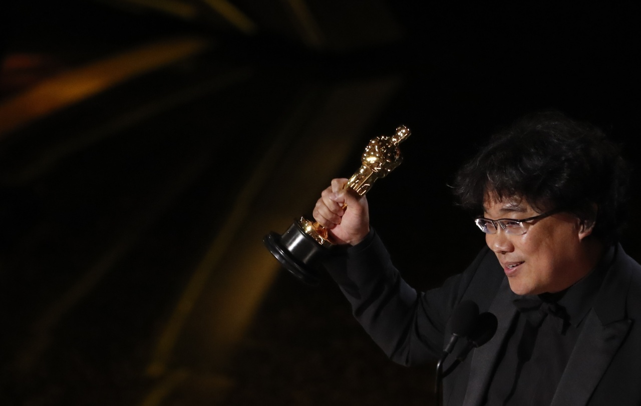 "Director Bong Joon-ho wins the Oscar for Best International Feature Film for ""Parasite"" at the 92nd Academy Awards in Hollywood. (Reuters-Yonhap)"