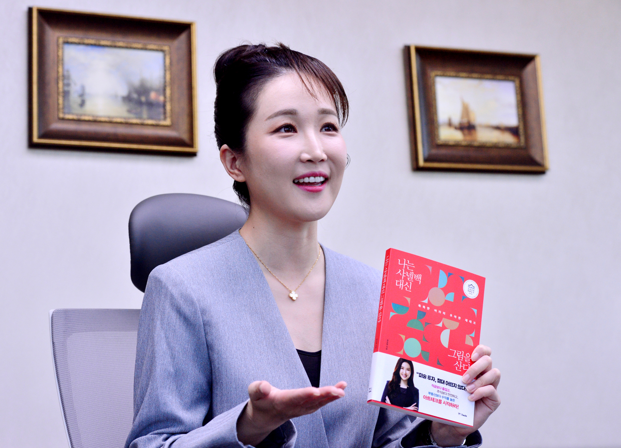 "Laywer Yoon Bo-hyung, the author of ""I Choose Artworks over Chanel Bags"" poses in her office in Seocho-gu, southern Seoul, on Oct.7. (Park Hyun-koo/The Korea Herald)"