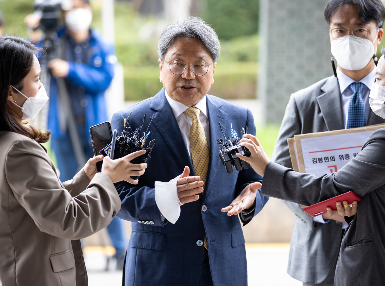 Kang Gi-jung, former presidential senior secretary for political affairs appears at Seoul Southern District Prosecutors' Office on Monday to file a suit against Kim Bong-hyun, former chairman of Star Mobility, accusing him of making false and defamatory testimony. (Yonhap)