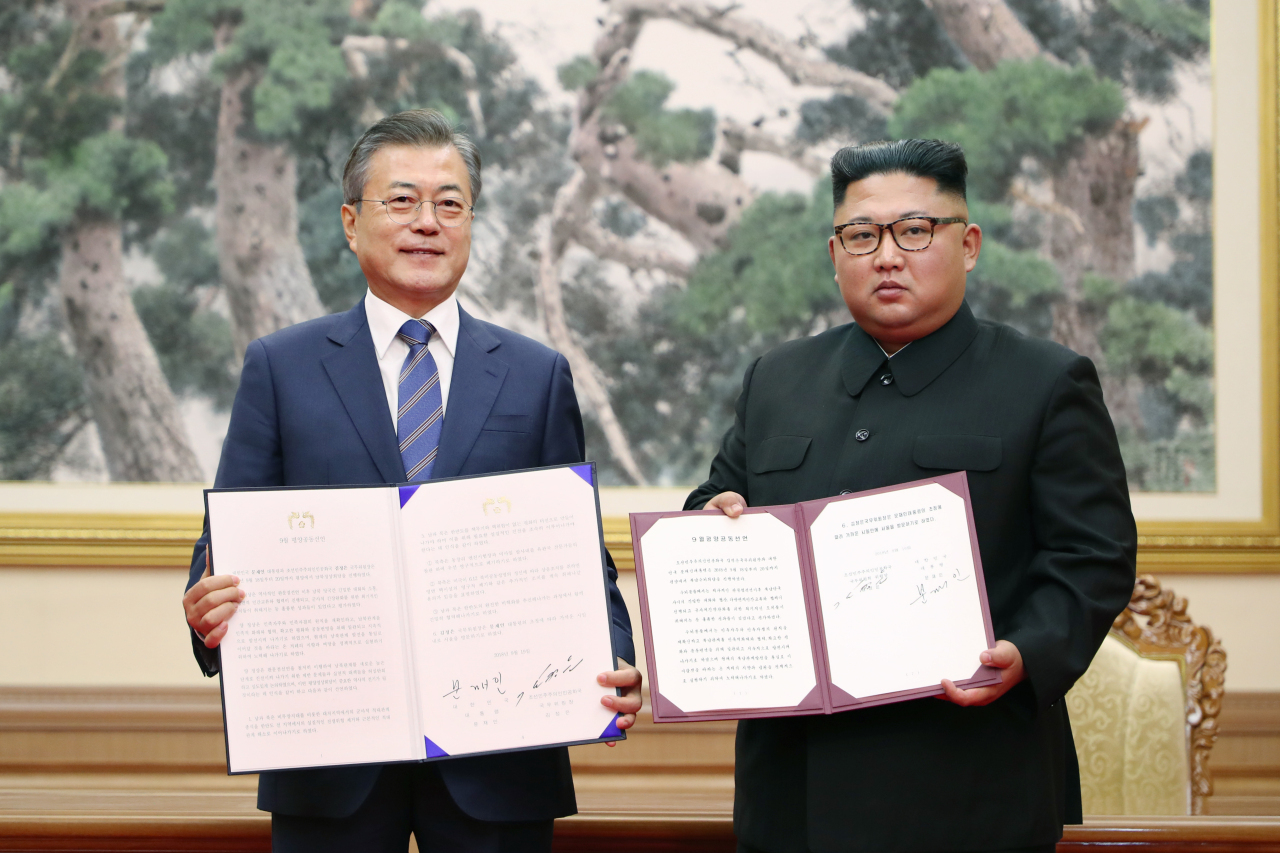 President Moon Jae-in (L) and leader Kim Jong-un (R) holding the Pyongyang Joint Declaration at the third inter-Korean summit in September, 2018 (KCNA-Yonhap)