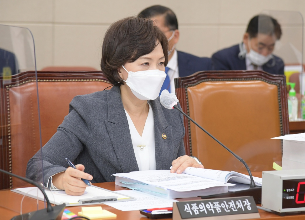 Minister of Food and Drug Safety Lee Eui-kyung responds to questions from lawmakers during Tuesday`s parliamentary audit session at the National Assembly in Yeouido, central Seoul. (Ministry of Food and Drug Safety)