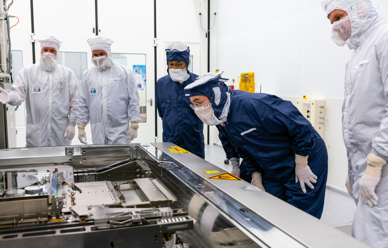 Samsung heir Lee Jae-yong (second from right) and Vice Chairman Kim Ki-nam (third from right) take a tour of ASML's plant in Eindhoven, Netherlands, Monday. (Samsung Electronics)