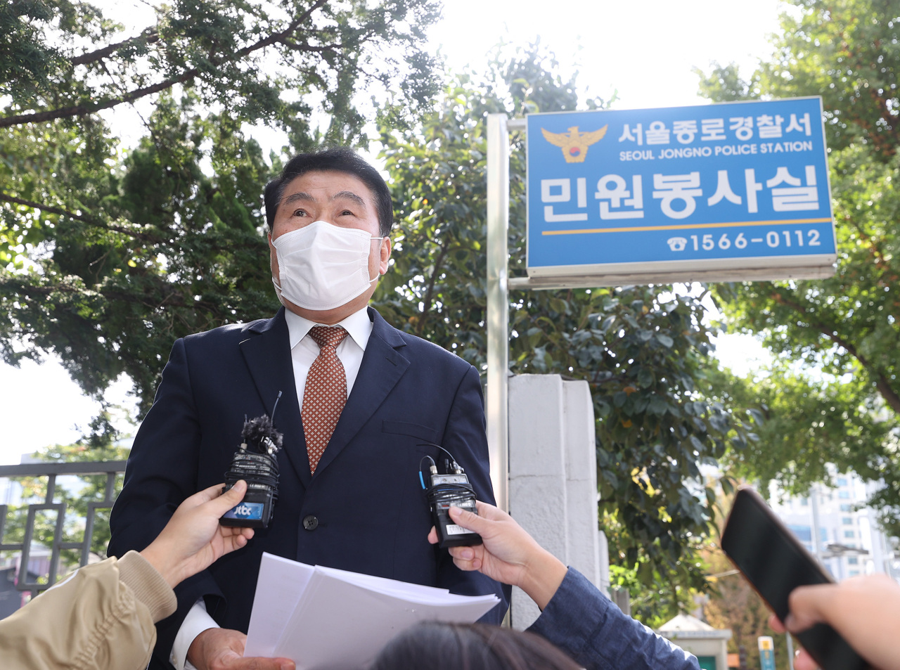 Choi In-sik, secretary general of a conservative civic group, speaks to reporters at the Jongno Police Station in Seoul on Tuesday before submitting its plans to hold outdoor rallies. (Yonhap)