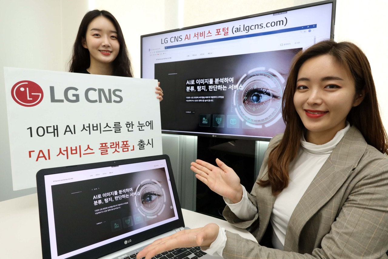 Models introduce LG CNS' web-based platform that offer different types of AI services. (LG CNS)