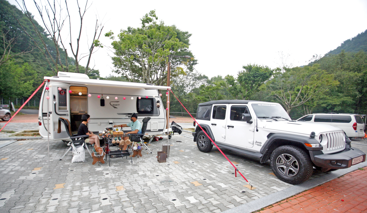 A couple enjoys camping in a caravan at a campsite. (Korea Tourism Organization)