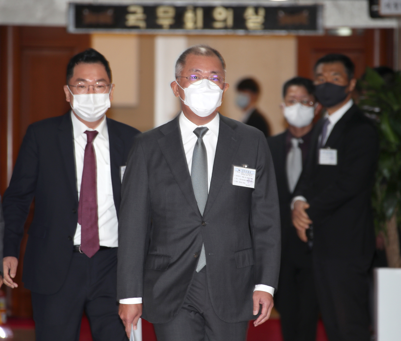 Hyundai Motor Group Chairman Chung Euisun heads to the second hydrogen economy committee meeting held at Government Complex Seoul in Seoul on Thursday. (Yonhap)
