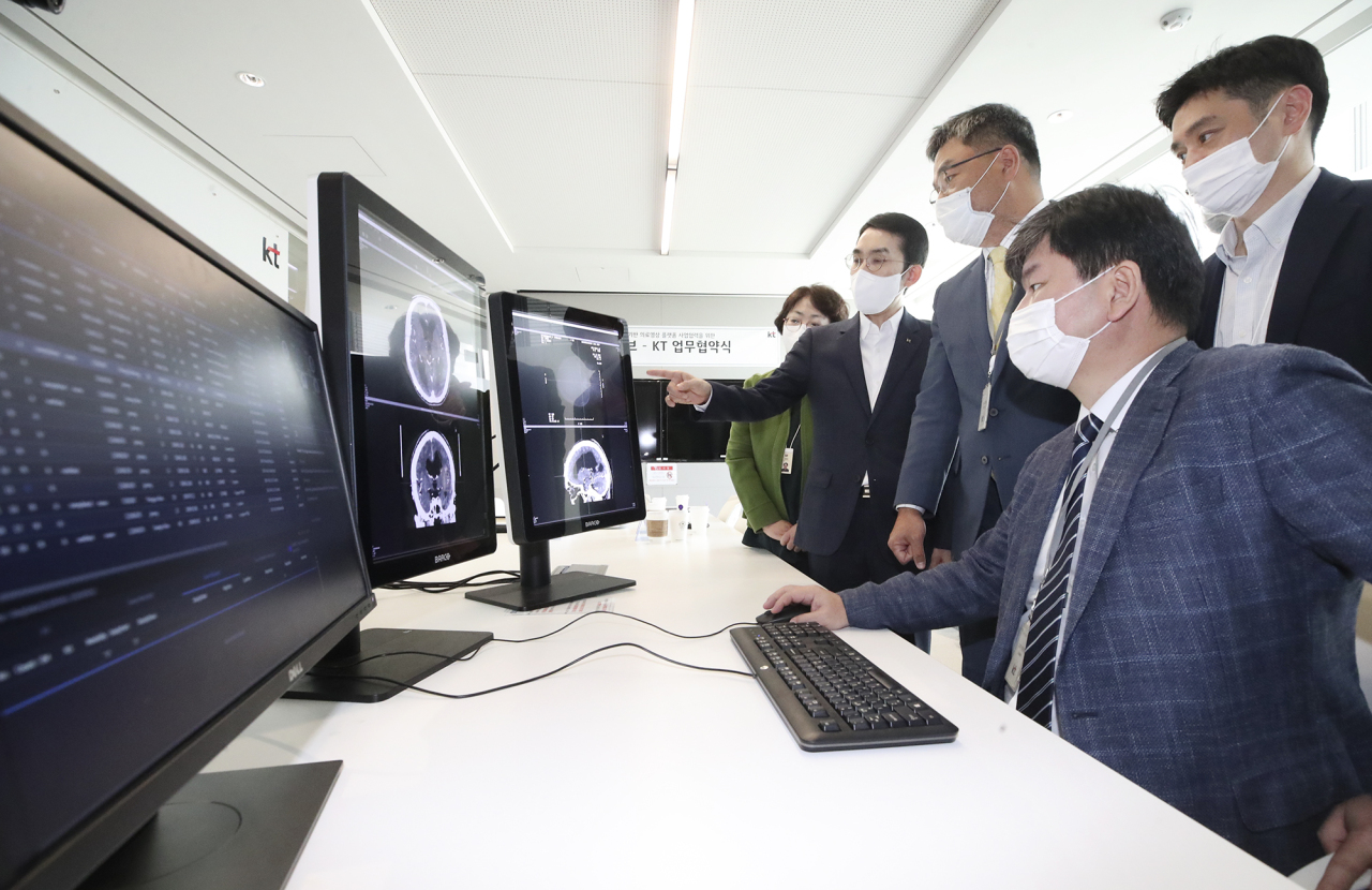 Officials from KT and HealthHub demonstrate HealthHub's technology designed to analyze clinical images. (KT)