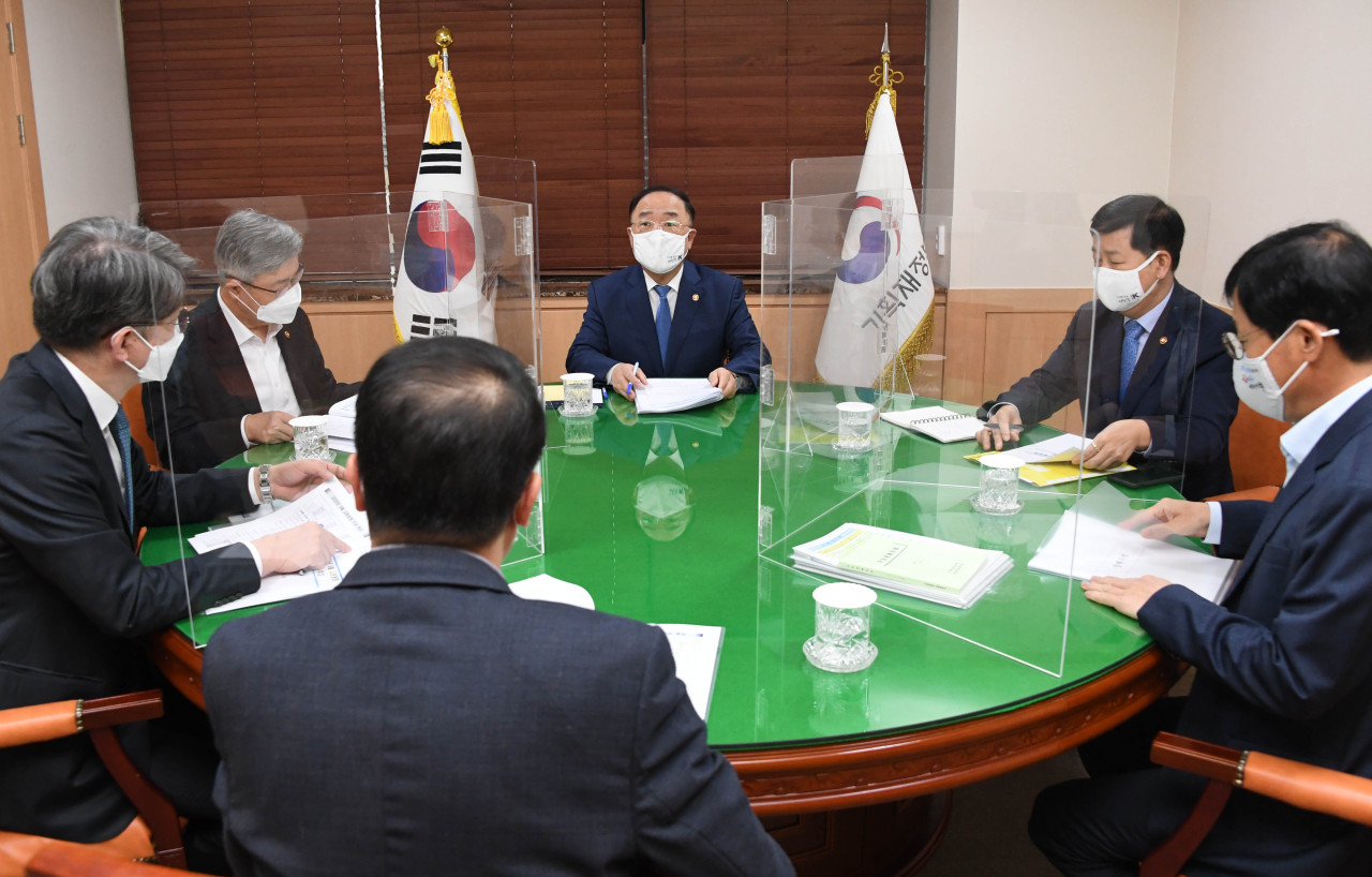 Finance Minister Hong Nam-ki speaks during a meeting with economy-related ministers held at Seoul Government Complex, Friday amid growing concerns that the COVID-19 resurgence has worsened the employment situation. (Yonhap)