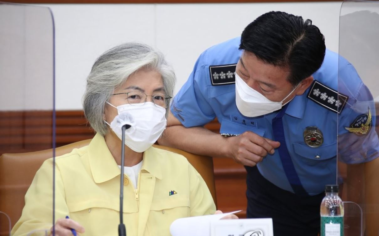 Foreign Minister Kang Kyung-wha talks with Coast Guard Commissioner General Kim Hong-hee during a session of the Central Disaster and Safety Countermeasure Headquarters in Seoul on Sept. 2, 2020. (Yonhap)