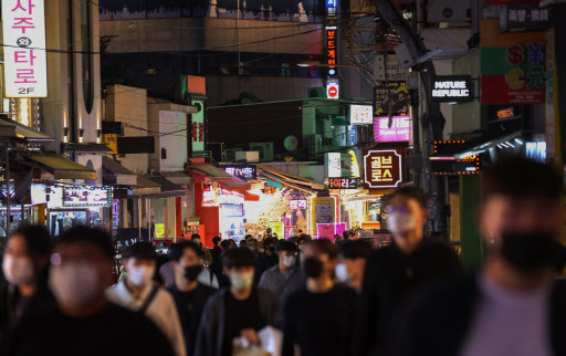 Bustling Hongdae district on the evening of Sept. 16. (Yonhap)