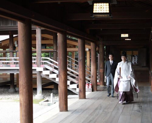 Former Japanese Prime Minister Shinzo Abe visits Yaskuni Shrine on Sept. 19, 2020. (Yonhap)