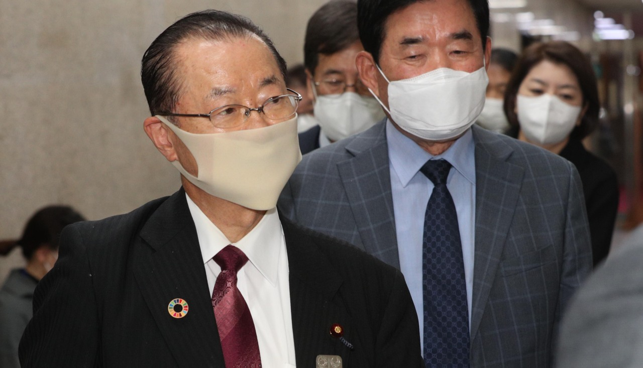 Japanese politician Takeo Kawamura (left) arrives at the National Assembly in Seoul to hold closed-door talks with South Korea's ruling Democratic Party leader, Rep. Lee Nak-yon on Sunday. (Yonhap)