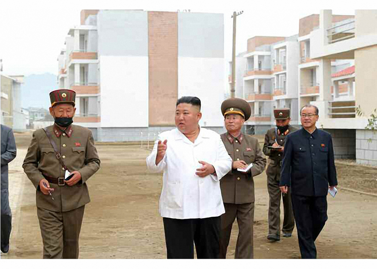 North Korean leader Kim Jong-un (center) inspects flood relief in Kangwon Province, Oct. 2, 2020. (Yonhap)