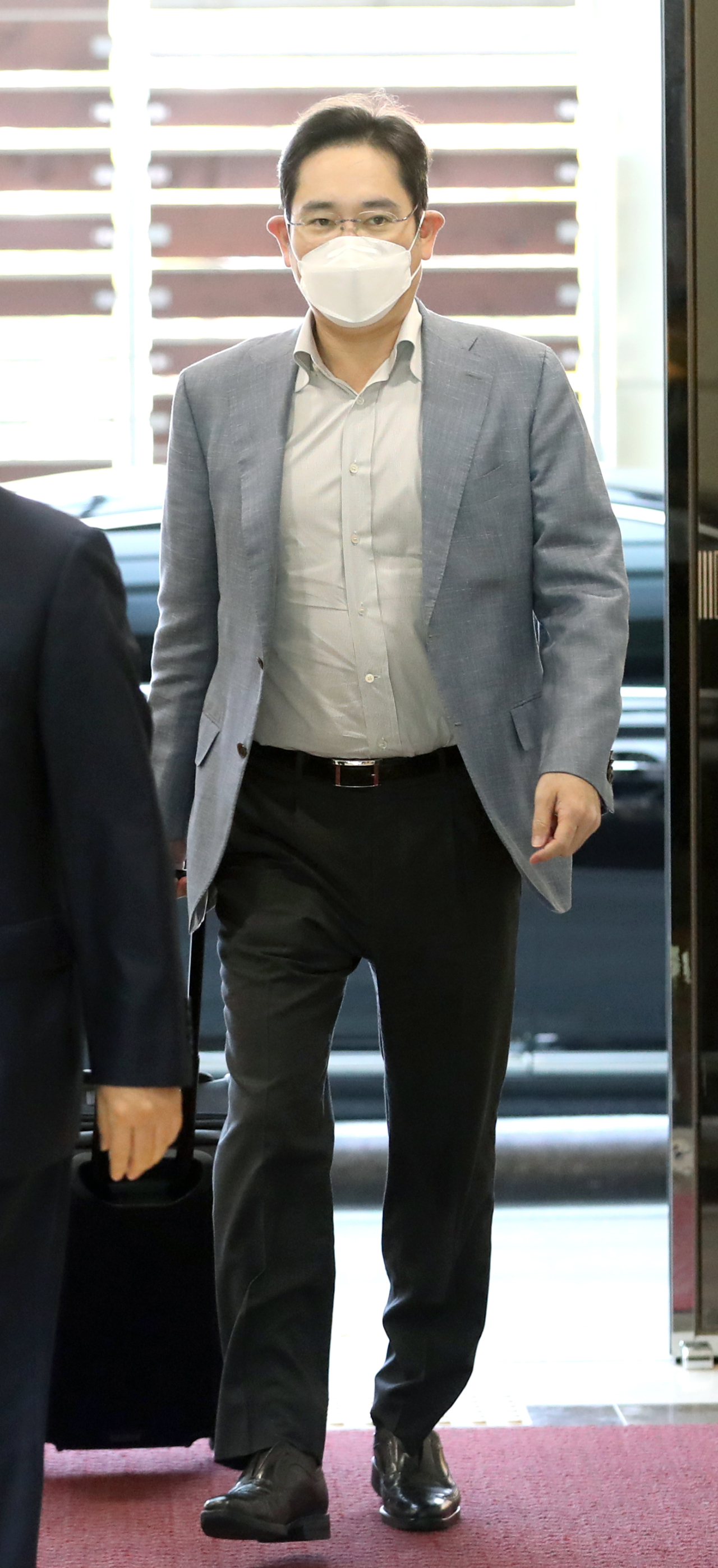 Samsung Electronics Vice Chairman Lee Jae-yong arrives at Gimpo International Airport in Seoul on Monday following his business trip to Europe on Wednesday. (Yonhap)