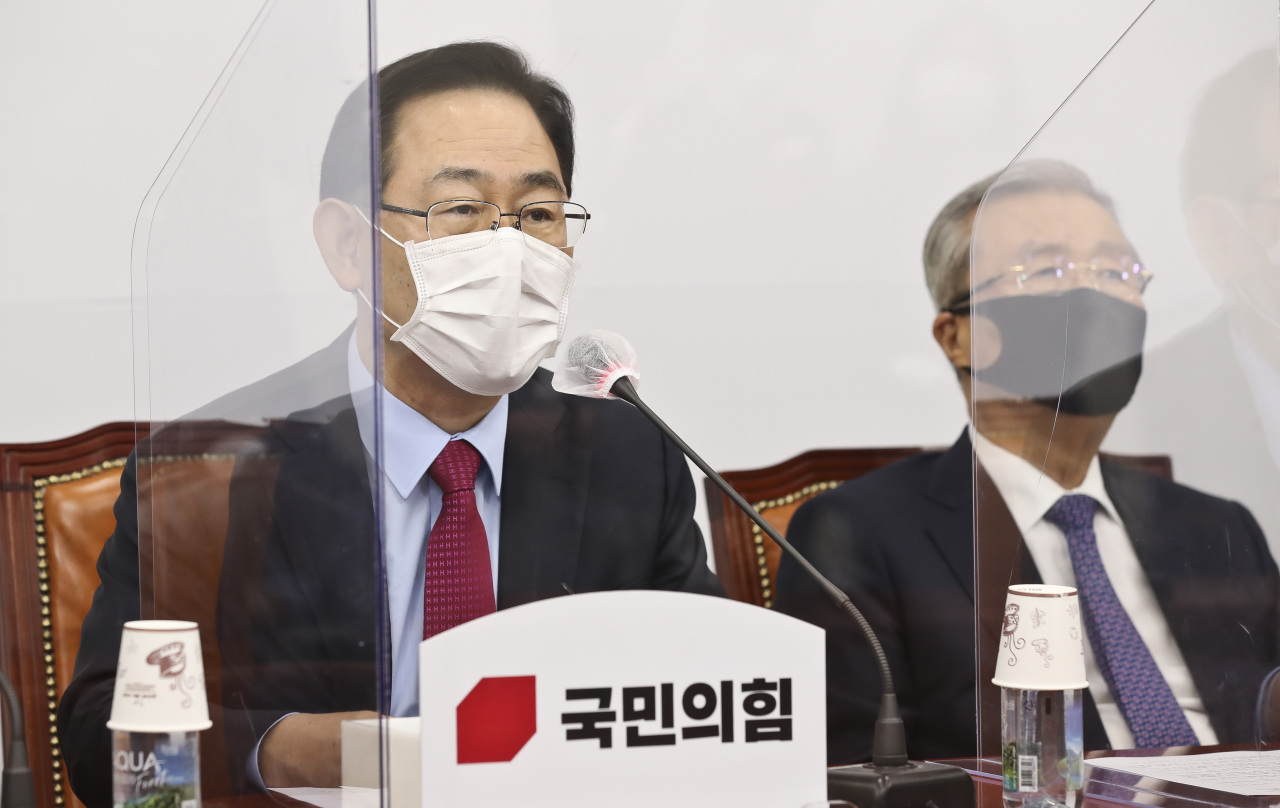 People Power Party Floor Leader Joo Ho-young (left) and Interim Leader Kim Chong-in (Yonhap)