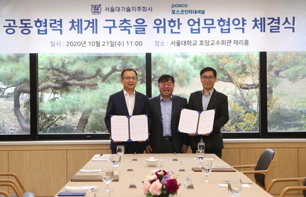 From left: Posco International CEO Joo Si-bo, SNU Professor Park Hee-jae and Seoul Techno Holdings President Mok Seung-hwan pose for a photo at a business ceremony on Wednesday. (Posco International)