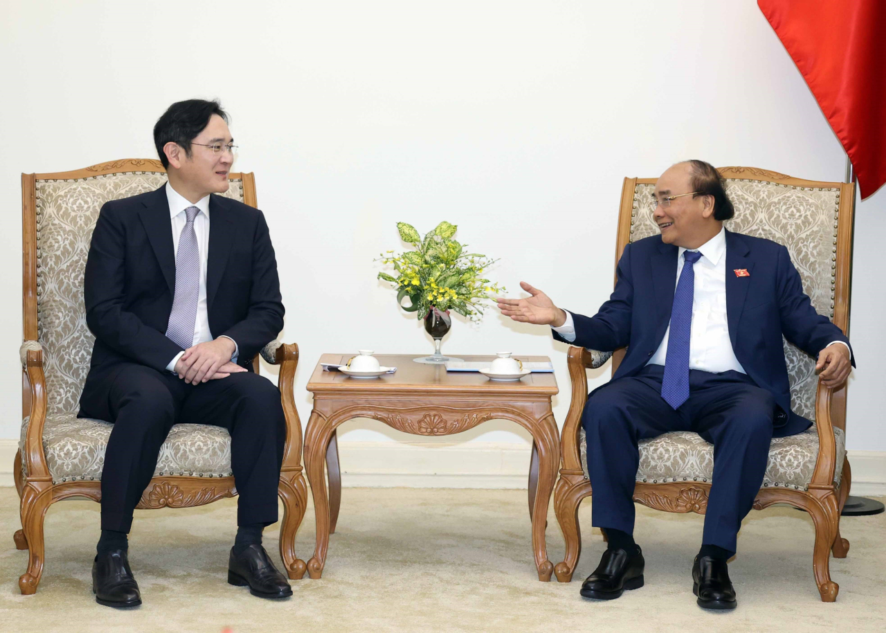 Samsung heir Lee Jae-yong (left) listens to Vietnamese Prime Minister Nguyen Xuan Phuc during a talk in Hanoi on Tuesday. (Yonhap)
