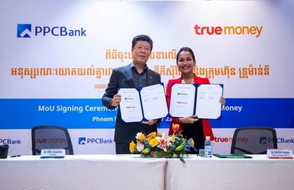 PPC Bank President Shin Chang-moo (left) poses for a photo with a True Money official in a memorandum-signing ceremony. (JB Financial Group)
