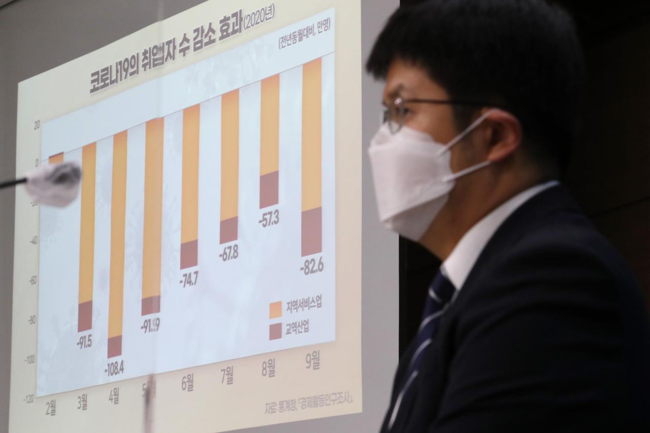 Lee Jong-kwan, researcher at Korea Development Institute, speaks Wednesdayin a press briefing at Sejong Governmet Complex.(Yonhap)