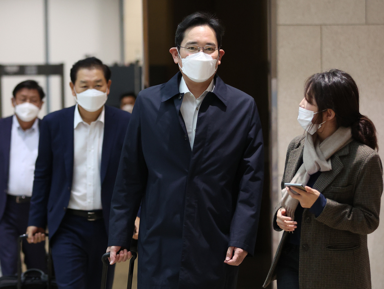 Samsung heir Lee Jae-yong arrives at the Seoul Gimpo Business Aviation Center on Friday. (Yonhap)